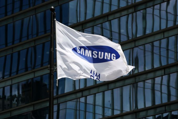 """Samsung forecasts a strong quarter on the same day its CEO resigns citing """"unprecedented crisis"""""""